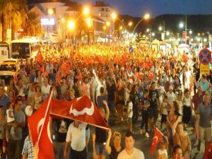 Ayvalık'da Zafer Bayramı Fener Alayına Yaklaşık sekiz bin kişi katıldı